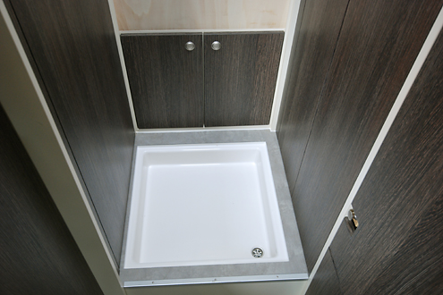 nasszelle mit duschtasse im gang - Wohnmobil Dusche Nachrusten